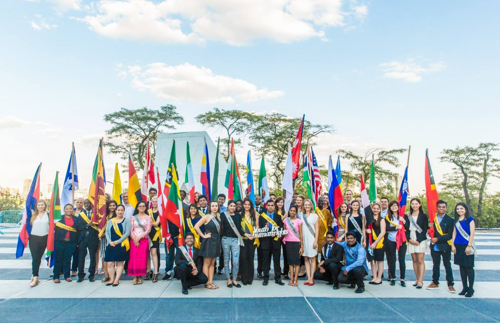 Gruppefoto med unge repræsentanter for 33 nationer