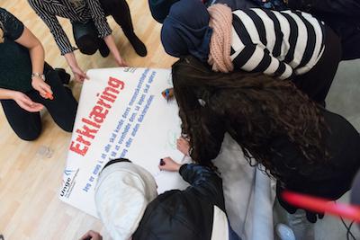Her underskriver nogle unge erklæring på FNs Menneskerettighedsdag