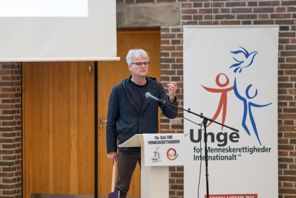 Klaus Mygind på scenen ved menneskerettighedsdag